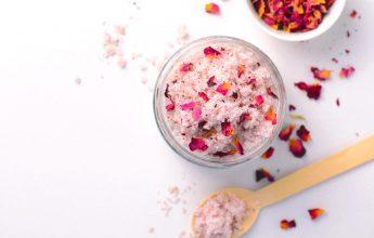 скраб за тяло с етерични масла и листа от розов цвят